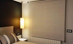cortina enrollable en dormitorio