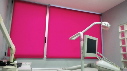 Cortina enrollable fucsia en clinica dental